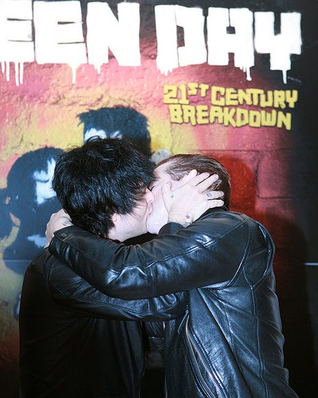 http://greendaylover.files.wordpress.com/2009/10/billie-joe-armstrong-kiss-tre-cool.jpg